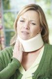 Kvinnan som bär den kirurgiska kragen smärtar in Royaltyfria Bilder