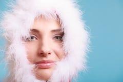Kvinnan som bär den Santa Claus dräkten, täckte hennes framsida på blått Arkivbilder