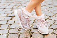 Kvinnan som bär nya väl till mods instruktörer, och mjuka rosa färger rufsar sockor fotografering för bildbyråer