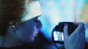Kvinnan som besöker Art Gallery, tar bilden på hennes kamera 1920x1080 stock video