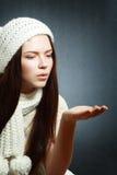 Kvinnan som blåser på, gömma i handflatan Arkivbild