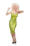 Kvinnan som bär den lockiga ganska peruken som isoleras på vit Royaltyfri Foto