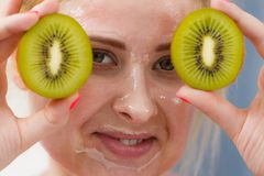 Kvinnan som den har, stelnar maskeringen på hållande kiwi för framsida Royaltyfri Bild