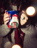 Kvinnan som dricker kaffe/te/varm choklad under julen, kryddar Arkivbilder