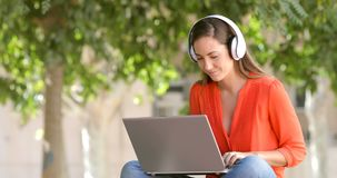 Kvinnan som e-lär med en bärbar dator i, parkerar arkivfilmer