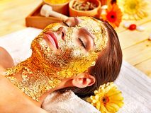 Kvinnan som får ansiktsbehandling, maskerar. Royaltyfri Foto