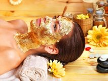 Kvinnan som får ansiktsbehandling, maskerar. arkivfoton