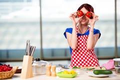 Kvinnan som förbereder sallad i köket Royaltyfria Bilder