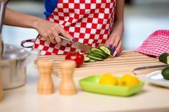 Kvinnan som förbereder sallad i köket Royaltyfri Fotografi
