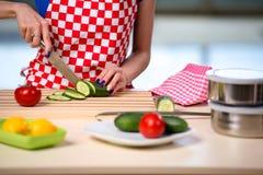 Kvinnan som förbereder sallad i köket Arkivbilder