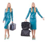 Kvinnan som förbereder sig för semester med resväskan på vit Arkivbild
