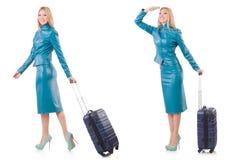 Kvinnan som förbereder sig för semester med resväskan på vit Arkivfoton