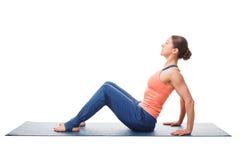 Kvinnan som förbereder sig för uppåtriktad planka för yogaasana, poserar Purvottanasana Royaltyfria Bilder