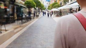 Kvinnan som förbigår restauranger, och turist- shoppar och att gå runt om europeisk stad arkivfilmer