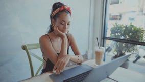 Kvinnan som förestående lutar och, fortsätter för att arbeta på hennes bärbar dator lager videofilmer