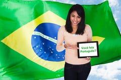 Kvinnan som frågar, talar du portugis Arkivfoton