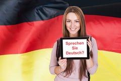 Kvinnan som frågar, talar du tysk Arkivfoton