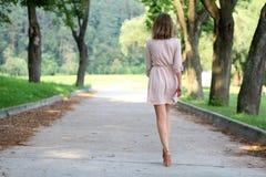 Kvinnan som går på sommaren, parkerar royaltyfri bild