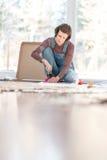 Kvinnan som gör DIY, reparerar hemma Royaltyfri Fotografi