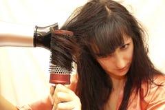 Kvinnan som gör en coiffure Arkivfoto