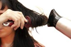 Kvinnan som gör en coiffure Royaltyfria Bilder