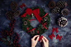Kvinnan som gör julkranslägenheten, lägger Top beskådar Xmas-seminarium royaltyfri foto