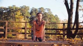 Kvinnan som gör koreografiska övningar på bron i, parkerar stock video