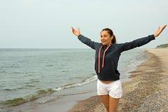 Kvinnan som gör morgon, övar på havet Royaltyfri Fotografi