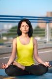 Kvinnan som gör sträcka yoga, övar utomhus Fotografering för Bildbyråer