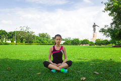 Kvinnan som gör yoga på, parkerar Arkivfoton