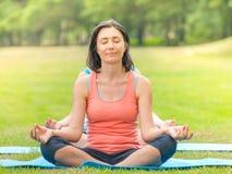 Kvinnan som gör yoga parkerar in Royaltyfri Fotografi