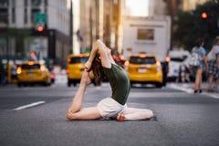 Kvinnan som gör yoga, poserar på stadsgatan av New York royaltyfri foto