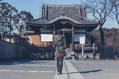 Kvinnan som går i Ueno, parkerar Arkivfoto