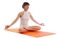 Kvinnan som gör lätt yoga, poserar Arkivfoto