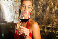Kvinna med exponeringsglas av wine som skeptically ser Royaltyfri Fotografi