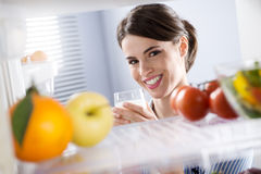 Kvinnan som har ett exponeringsglas av, mjölkar Arkivbilder
