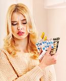 Kvinnan som har influensa, tar pills. Royaltyfri Foto