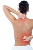 Kvinnan som har kroppen, smärtar royaltyfri fotografi