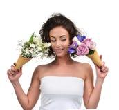 Kvinnan som jämför bukett två av den tulpangypsophilakrysantemumet och irins, blommar Royaltyfria Foton