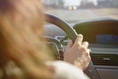 Kvinnan som kör en bil, beskådar bakifrån Royaltyfri Fotografi