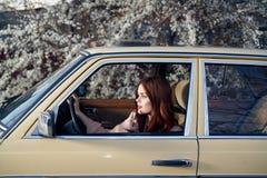 Kvinnan som kör en bil, en kvinna, kör i en bil Royaltyfria Bilder