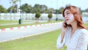 Kvinnan som kallar på mobiltelefonen parkerar offentligt lager videofilmer