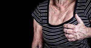 Kvinnan som lider från bröstkorg, smärtar Arkivbild