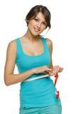 Kvinnan som mäter henne midjan med mäta, tejpar Royaltyfria Foton