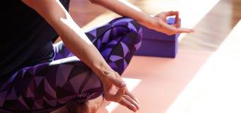 Kvinnan som mediterar i en yoga, poserar royaltyfri foto