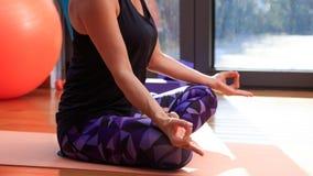 Kvinnan som mediterar i en yoga, poserar royaltyfria bilder