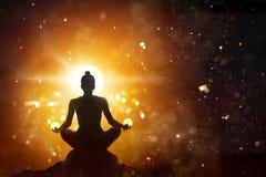Kvinnan som mediterar i lotusblomma, poserar yoga med abstrakt bakgrund Royaltyfri Bild
