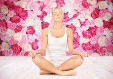 Kvinnan som mediterar i yogalotusblomma, poserar royaltyfri bild