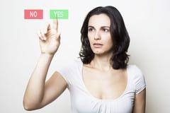 Kvinnan som pekar med ledset, vänder mot på JAET royaltyfria foton