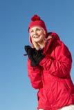 Kvinnan som plattforer i Snow skidar på, ferie arkivfoton